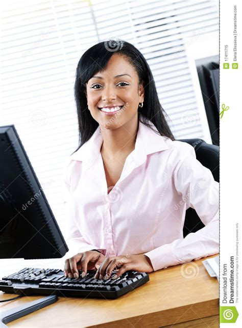 bureau femme femme d 39 affaires heureuse au bureau photo libre de