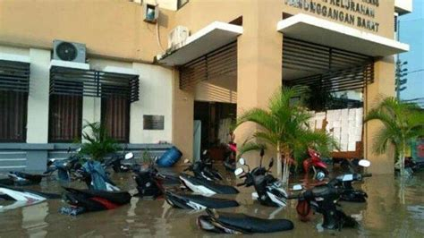 thousands flee  floods hit areas  jakarta
