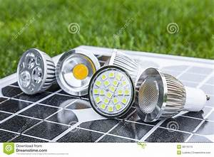 Led Birnen Gu10 : verschiedene birnen gu10 led auf photovoltaics im gras lizenzfreies stockfoto bild 38176715 ~ Markanthonyermac.com Haus und Dekorationen