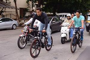 Salman Khan Visiting Mannat On A Cycle And Shouting Out To ...