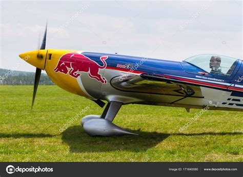 avion de voltige bull air race pilote martin sonka dans avion de voltige photo 233 ditoriale 169 josekube