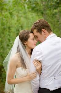 wedding photo poses intimate groom pose wedding photography