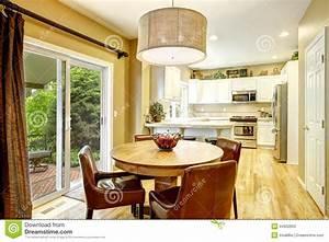 salle a manger confortable avec la table ronde et les With salle À manger contemporaineavec chaise confortable salle a manger
