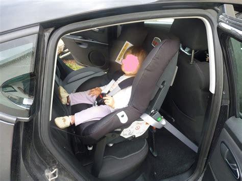 comment attacher siege auto comment fixer un cosy dans une voiture sans base