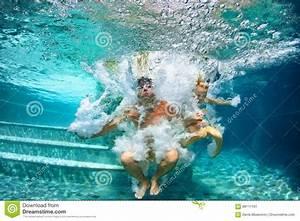 Rustine Piscine Sous L Eau : famille heureuse plongeant sous l 39 eau avec l 39 amusement dans la piscine image stock image du ~ Farleysfitness.com Idées de Décoration