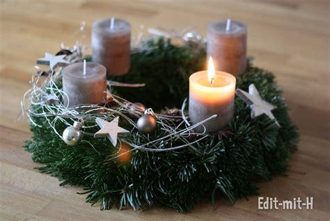 Traditionell wird am ersten advent die erste kerze vom adventskranz angezündet. EditMitH – Erster Advent und Last-Minute-Adventskalender