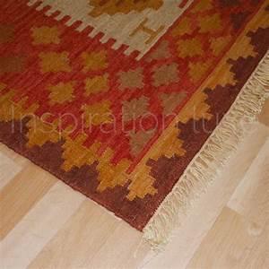 tapis design kilim en laine et jute rouge et beige With tapis kilim avec canapé de marque italienne