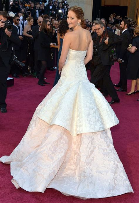 Oscars 2013: Jennifer Lawrence trips and falls up stairs ...