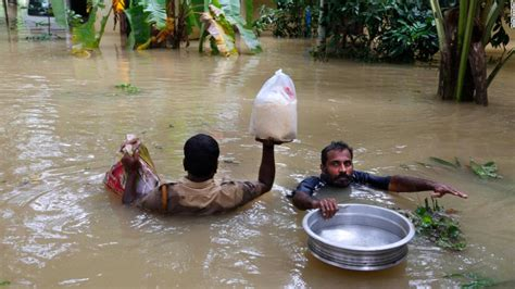 Kerala flood: Rescue teams wade through filthy waters to ...