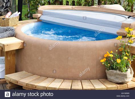 Whirlpool Im Garten Bilder by Whirlpool Mit Holzterrasse Im Garten Stockfoto Bild
