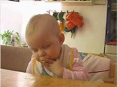 Baby schläft beim Apfel essen ein YouTube