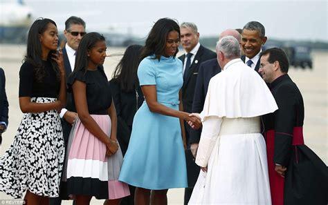 pope francis arrives      greeting  barack