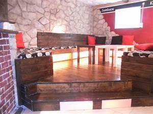 Lounge Aus Paletten : lounge selber gebaut grundger st besteht aus euro paletten im hintergrund steinwand aus ~ Frokenaadalensverden.com Haus und Dekorationen