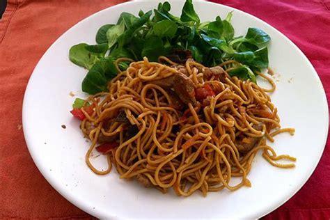cuisiner nouilles chinoises recette de wok porc légumes et nouilles chinoises