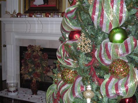 Christmas-tree-decorating-with-mesh-ribbon-ideas