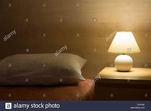Bett Mit Licht : hotel zimmer interieur mit beleuchteten bett licht auf holztisch stockfoto bild 87886218 alamy ~ Frokenaadalensverden.com Haus und Dekorationen
