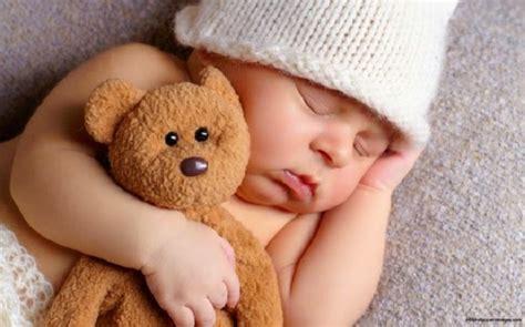 chambre garcon originale bébé qui dort avec doudou bébé et décoration chambre