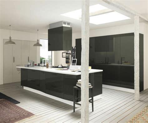 hotte cuisine moderne hotte îlot pratique et convivial pour une cuisine moderne