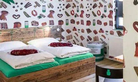Jo vetëm në menu, por i gjithë hoteli ofron salçiçe (Video) | Home, Home decor, Decor