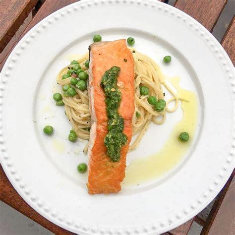 recette de pates au pesto vert recette de saumon po 234 l 233 au pesto de roquette et p 226 tes aux pois verts selon bob le chef