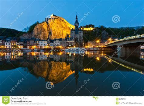 la meuse la lanterne liege paysage urbain de dinant au fleuve la meuse belgique photographie stock libre de droits image