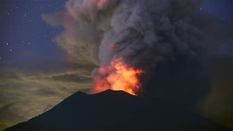 bali mount agung eruptions  suffocating islands economy