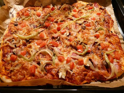 pizza selbst belegen pizzateig selber machen f 252 r eine leckere schinken pizza