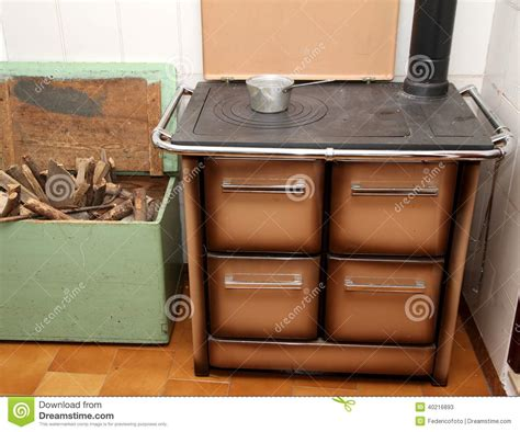 fourneau cuisine fourneau brûlant en bois dans une cuisine d 39 une
