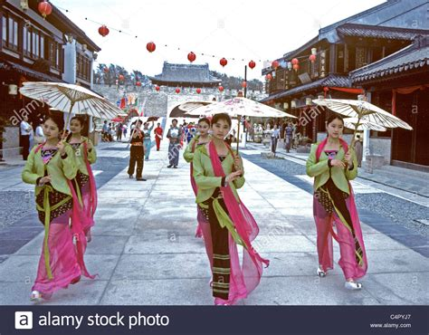 Singapore. Singapore Chinese Girls In Traditional Dress