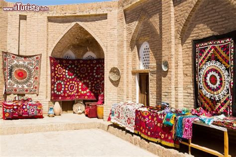 tappeti uzbekistan tappeti tradizionali esposti nel bazar di foto khiva