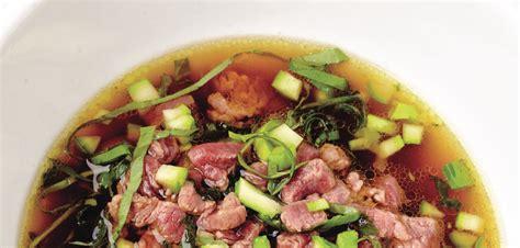 cuisiner du boeuf recette léger et facile à cuisiner le bouillon de boeuf au thé grazia fr
