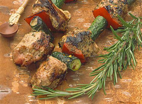 cuisiner longe de porc brochettes de porc au romarin frais sauce à la moutarde de meaux recette plaisirs laitiers