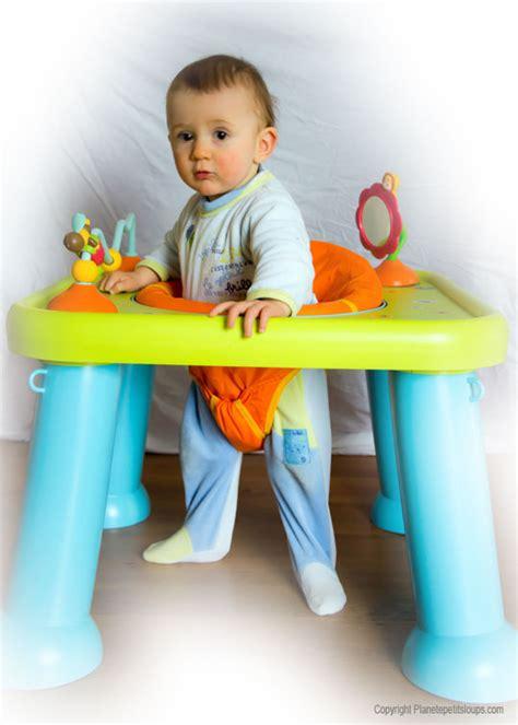 table d activité avec siege tables d 39 éveil et d 39 activité faire le bon choix pour bébé