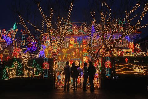 map find dazzling holiday light displays