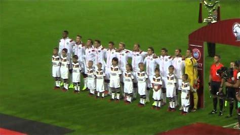 Der ⚽ spielplan 2021 der deutschen fußball nationalmannschaft ist geprägt von der em 2021 endrunde und der wm 2022 qualifikation. DEUTSCHE FUSSBALLNATIONALMANNSCHAFT - NATIONALHYMNE - YouTube