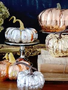 Halloween Kürbis Bemalen : k rbisse bemalen halloween deko haus silber gold kupfer diy autumn deko pinterest ~ Eleganceandgraceweddings.com Haus und Dekorationen