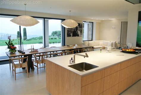 grande cuisine moderne cuisine avec ilot central et grande table à manger