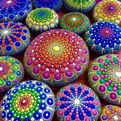 steine bemalen farbe die besten 25 steine bemalen ideen auf bemalte kieselsteine steinmalerei und