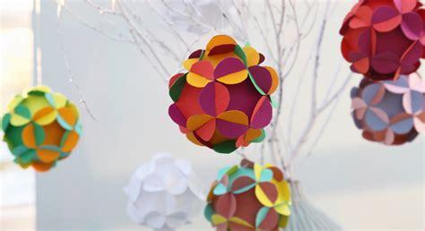 Décorations de Noël : des boules fleurs en papier Prima