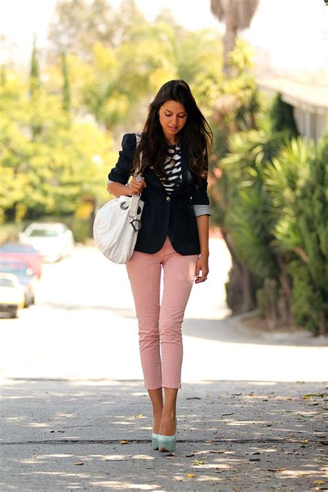 Love this outfit pinned it before but this shows the whole look. Blazer pink pants and light ...
