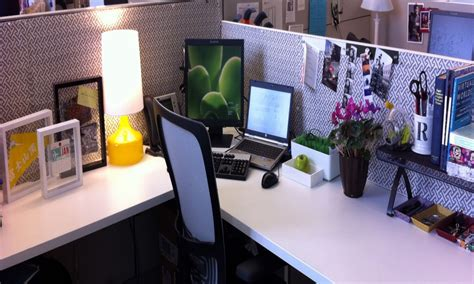 bureau decor 25 innovative cubicle desk decor yvotube com