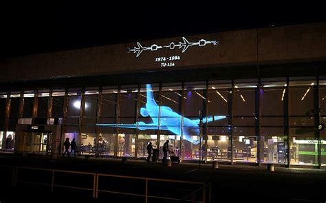 Rīgas lidosta 40. jubilejā uz fasādes projicē populārākos ...