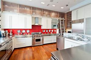 Kitchen kitchen backsplash ideas black granite for Kitchen colors with white cabinets with metal wall art red