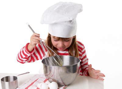 cuisiner avec enfants la cuisine avec les enfants les tâches adéquates