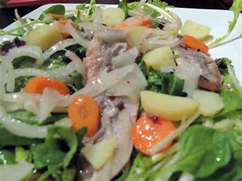 cuisiner le hareng fumé recette de salade de pommes de terre au hareng fumé