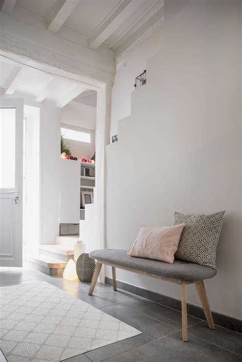 espace cocooning avec banc dans lentree dans une maison