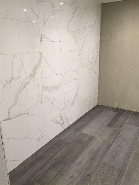 Badezimmer Fliesen Marmoroptik by Fliesen Mit Einer Marmoroptik Kombiniert Mit Einer