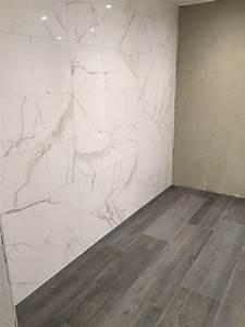 Wohnzimmer Fliesen Holzoptik : fliesen mit einer marmoroptik kombiniert mit einer bodenfliesen in holzoptik fliesen ~ Sanjose-hotels-ca.com Haus und Dekorationen