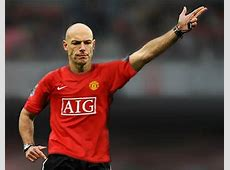 Ryan Babel Tweets Photo Of Howard Webb Wearing Man United