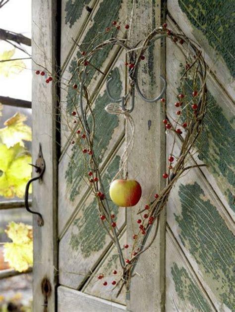 Herbstdeko Fenster Draussen by H 228 Ngender Apfel Und Sch 246 Ner Kranz Herbst Deko F 252 Rs